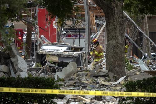 ▲미국 플로리다주 플랜테이션의 한 쇼핑몰에서 6일(현지시간) 가스누출로 추정되는 폭발이 발생해 20여 명이 다친 가운데 소방대원들이 현장을 조사하고 있다. 플랜테이션/EPA연합뉴스