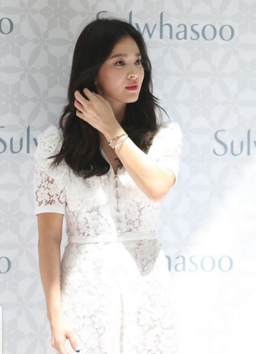 (출처=하퍼스바자 홍콩 공식 SNS)