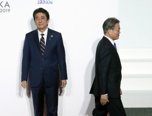 ▲문재인 대통령(오른쪽)이 지난달 28일 오전 인텍스 오사카에서 열린 G20 정상회의 공식환영식에서 의장국인 일본 아베 신조 총리와 악수한 뒤 행사장으로 향하고 있다. 오사카/AP뉴시스