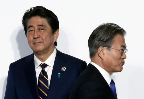▲지난달 28일(현지시간) 일본 오사카에서 열린 G20 정상회의 공식환영식에서 문재인 대통령이 일본 아베 신조 총리와 악수한 뒤 행사장으로 향하고 있다. 오사카/AP뉴시스