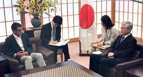 ▲일본 정부가 19일 남관표(오른쪽) 주일 한국대사를 외무성에 초치한 가운데 남 대사가 고노 다로(오른쪽) 일본 외무상과 대화하고 있다. 도쿄/연합뉴스