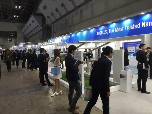 ▲한화큐셀이 지난 2016년 일본 동경 빅사이트에서 열리는 'PV EXPO'에 참가해 태양광 모듈을 소개하고 있다. (사진제공=한화큐셀)