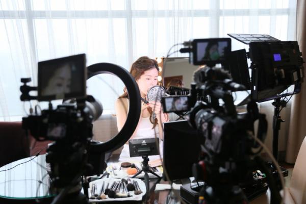 ▲민 씨가 자신의 유튜브 채널 콘텐츠를 만들기 위해 촬영하고 있는 모습.
