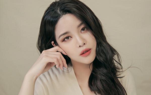 ▲롬앤 제로 매트 립스틱 '올댓재즈' 메인 화보 속 민 씨.