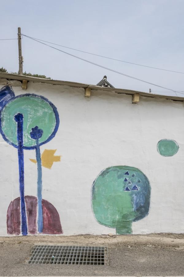 ▲마을 벽에 그려진 김환기 화백의 그림.