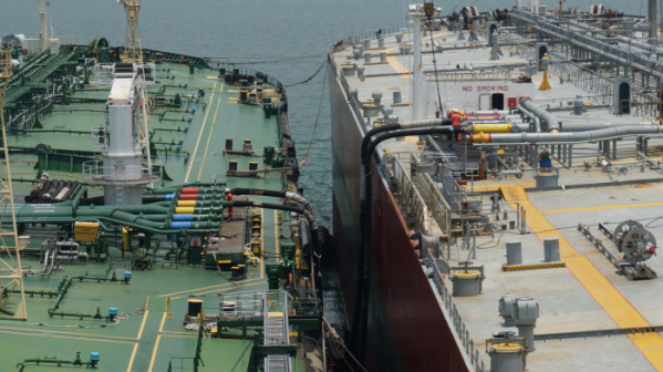 ▲SK트레이딩인터내셔널이 임차한 선박(왼쪽)이 해상 블렌딩을 위한 중유를 다른 유조선에서 수급 받고 있다.(사진제공 SK트레이딩인터내셔널)