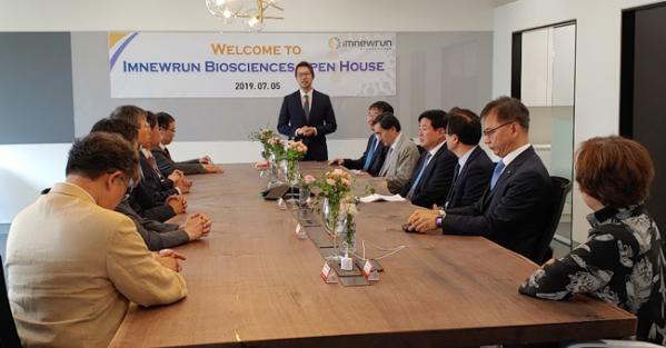 ▲지난 5일 아임뉴런 바이오사이언스 오픈하우스 행사에서 김한주 대표이사가 인사말을 하고 있다.