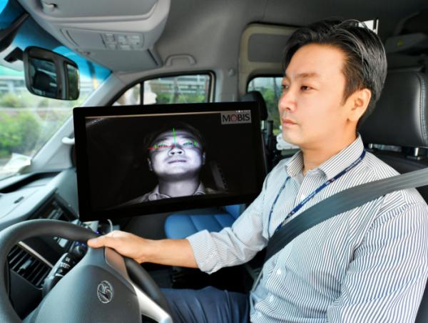 ▲현대모비스가 운전자의 얼굴을 알아보고 시선 추적까지 할 수 있는 '운전자 부주의 경보시스템' 개발에 성공했다. 현대모비스 연구원이 시스템을 시험하고 있다. (사진제공=현대모비스)