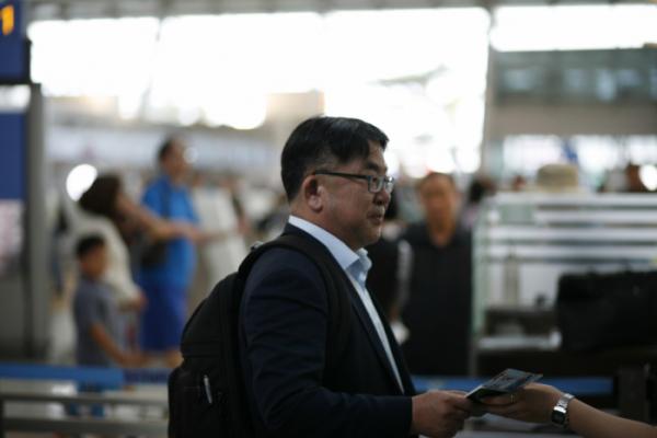 ▲SK하이닉스 대외협력총괄 김동섭 사장이 협력사와 원자재 수급 관련 협의를 위해 16일 오후 인천국제공항을 통해 일본으로 출국하고 있다(사진제공=SK하이닉스)
