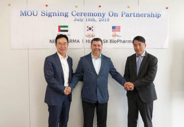 ▲에이치엘비와 자회사 LSKB가 아랍에미리트(UAE)의 글로벌 제약사인 네오파마(Neopharm)와 전략적 파트너쉽을 위한 MOU(업무협약)를 체결, 316억 달러 규모의 중동ㆍ인도ㆍ아프리카 의약품 시장에 진출한다고 18일 밝혔다. 삼사 관계자들이 협약을 맺고 기념촬영을 하고 있다.(사진=회사제공)