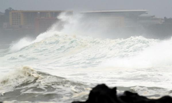 ▲제5호 태풍 '다나스'가 북상 중인 19일 오전 제주 서귀포시 예래동 앞바다에 파도가 거세지고 있다. (연합뉴스)