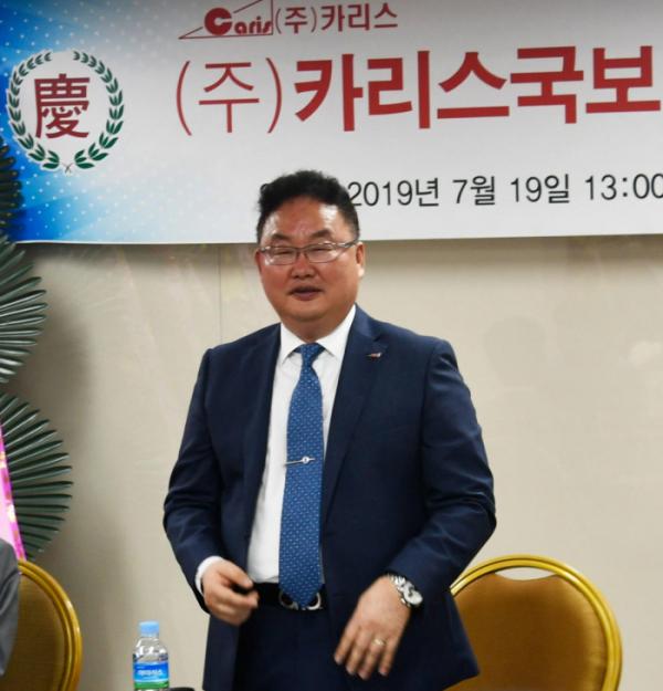 ▲유철 카리스국보 회장이 19일 부산 무역회관에서 열린  임시 주총에서 포부를 밝히고 있다.(사진제공=카리스국보)