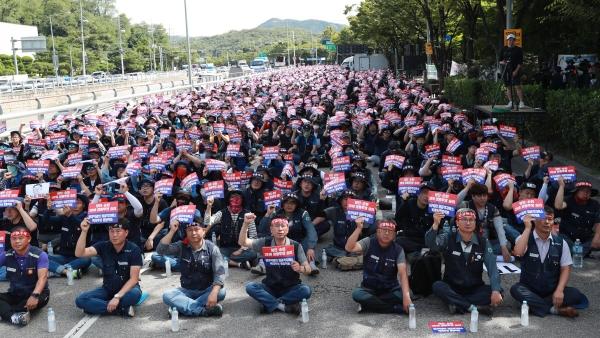 ▲지난해 9월 서울 양재동 현대차 본사 앞에서 노조원들이 구호를 외치고 있다. 연합뉴스