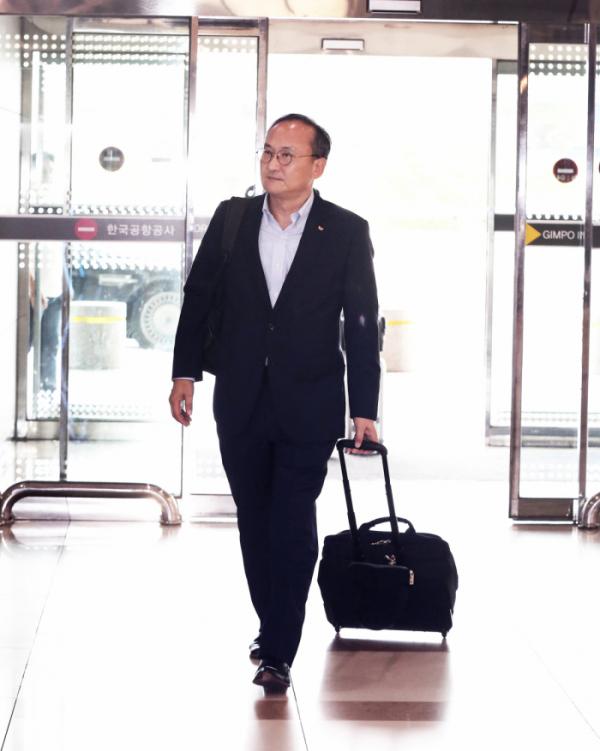 ▲이석희 SK하이닉스 대표이사(사장)가 21일 오후 김포국제공항을 통해 일본으로 출국하고 있다. (사진제공=SK하이닉스)