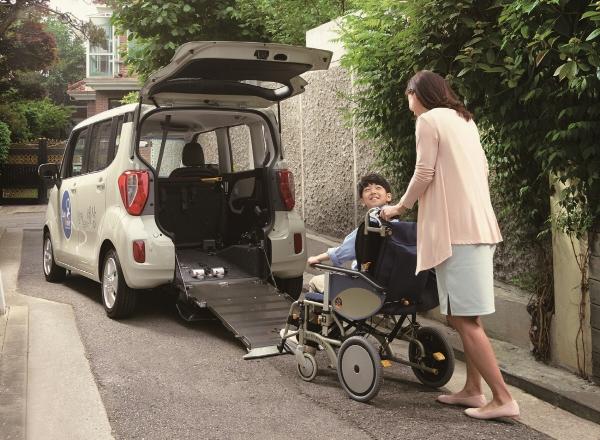 ▲휠체어 이용자가 이지무브의 후방 진입형 슬로프를 통해 차량에 탑승하고 있다.  사진제공 현대자동차