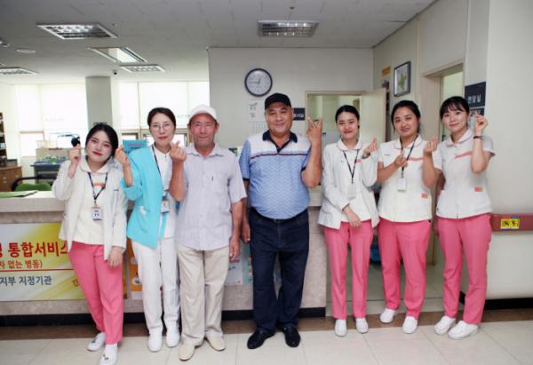 ▲우즈베키스탄 환자들과 담당 간호사들(힘찬병원)