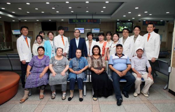 ▲우즈베키스탄 환자들이 퇴원 전 의료진들과 기념사진 촬영하는 모습(힘찬병원)