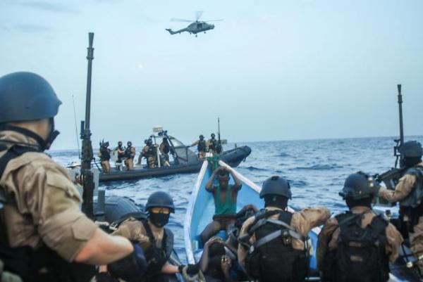 ▲청해부대가 해적 의심 선박을 조사하고 있다.(출처=해군)