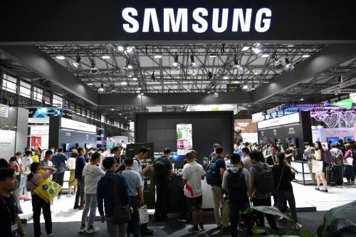 ▲지난6월 중국 상하이에서 열린 '모바일월드콩그레스2019' 참가자들이 삼성 부스를 방문하고 있다. 상하이/AFP연합뉴스