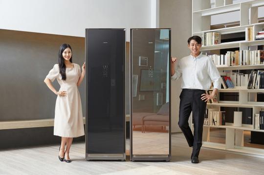 ▲삼성전자 모델이 '에어드레서' 대용량 신규 라인업을 소개하고 있다. (사진제공=삼성전자)