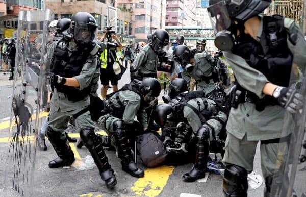 ▲홍콩에서 11일 경찰들이 시위 참가자를 체포하는 모습. 로이터연합뉴스