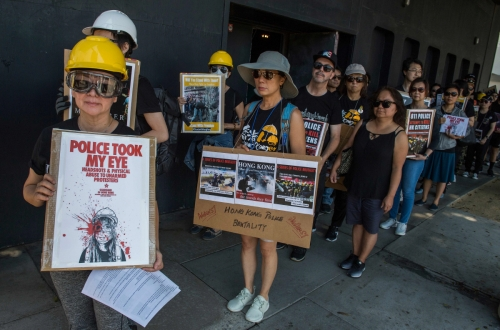 ▲미국 캘리포니아주 산타모니카에서 17일(현지시간) 홍콩 민주화 시위를 지지하는 사람들이 집회를 열고 있다. 산타모니카/AFP연합뉴스