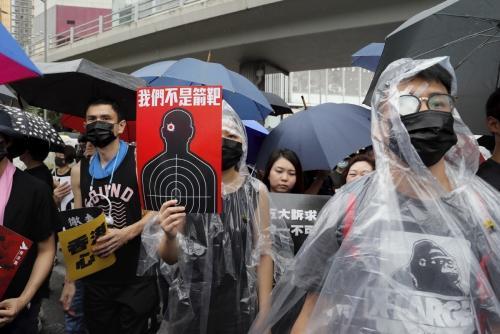 ▲18일(현지시간) 홍콩에서 열린 송환법 반대 시위에 참가한 시민이 행진하고 있다. 홍콩/AP연합뉴스