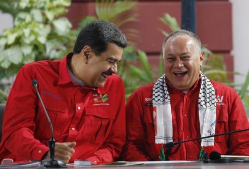 ▲니콜라스 마두로(왼쪽) 베네수엘라 대통령과 디오스다도 카베요 제헌의회 의장이 수도 카르카스에서 지난달 열린 한 포럼에서 활짝 웃으면서 대화하고 있다. 월스트리트저널(WSJ)은 21일 미국 정부가 베네수엘라 정권 2인자인 카베요와 비밀리에 접촉했다고 전했다. 카라카스/AP뉴시스