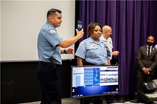 ▲ 미국 시카고경찰청 관계자들이 삼성 덱스 시범운영에 관해 설명하고 있다. (출처=삼성전자 웹사이트)
