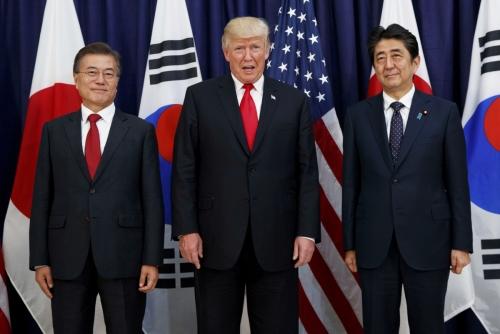 ▲왼쪽부터 문재인 대통령과 도널드 트럼프 미국 대통령, 아베 신조 일본 총리가 2017년 7월 6일(현지시간) 독일 함부르크 소재 미국 총영사관에서 한중일 정상회담에 앞서 사진을 찍고 있다. 함부르크/AP뉴시스