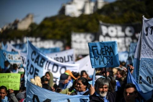 ▲22일(현지시간) 마우리시오 마크리 아르헨티나 대통령의 경제 정책에 항의하는 시민들이 거리를 행진하고 있다. AFP연합뉴스