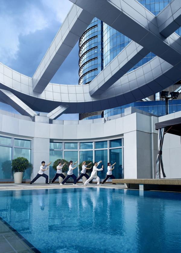 ▲매일 오전 9시30분이면 호텔 42층에서 태극권 강습이 열린다. 루프탑 풀 옆에서 진행한다. (사진제공=홍콩관광청)