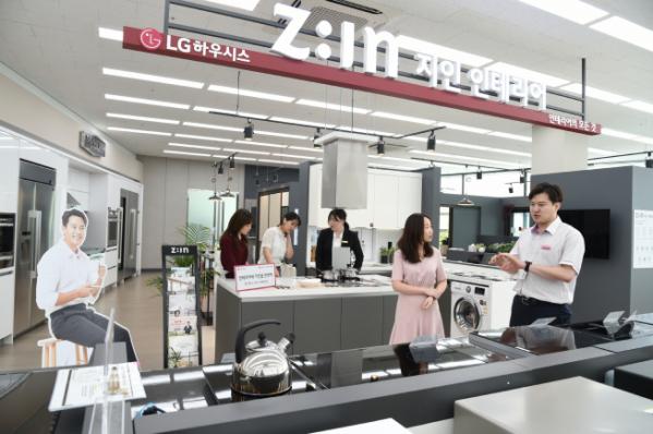 ▲LG전자 베스트샵 강서본점 내 LG하우시스 지인(Z:IN)매장에서 고객들이 인테리어와 가전 제품을 살펴보고 있다. (사진제공=LG하우시스)