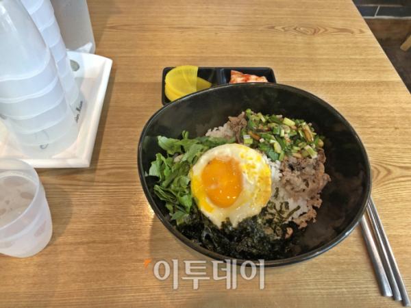 ▲찹스틱의 차돌덮밥. 식탁에는 물과 컵이 놓여있다. 단무지와 김치도 제공해준다. (홍인석 기자 mystic@)