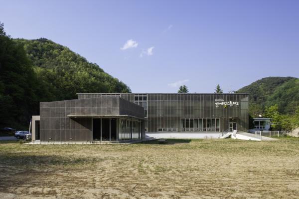 ▲감자꽃스튜디오(남소영, 이선철), 분교의 진화, 2019, 혼합매체, 가변설치