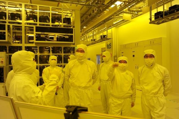 ▲이재용 삼성전자 부회장이 6일 일본의 경제보복 핵심인 반도체 라인을 둘러보고 있다.  사진제공 삼성전자