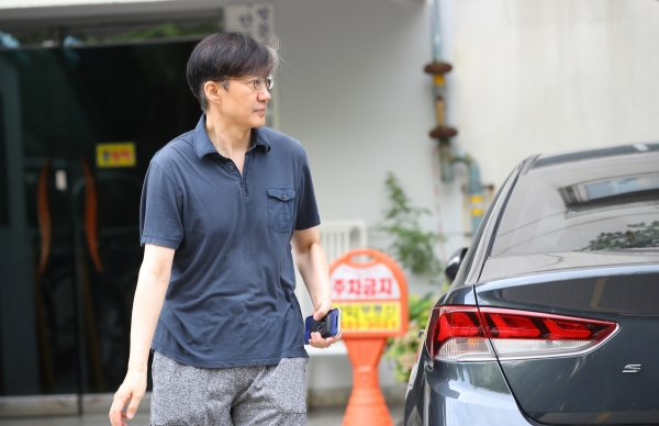 ▲조국 법무부 장관 후보자가 11일 편한 옷차림으로 서울 서초구 방배동 자택을 나서고 있다. 연합뉴스
