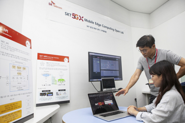 ▲SK텔레콤 연구원들이 분당 소재  ICT기술센터에서 '5GX MEC' 기술을 개발하고 있다.(사진제공= SK텔레콤)