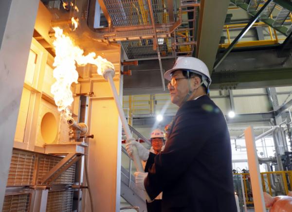▲KCC 정몽진 회장이 증설된 유리장섬유 생산라인 2호기에 불씨를 심는 화입식을 거행하고 있다.(사진제공=KCC)