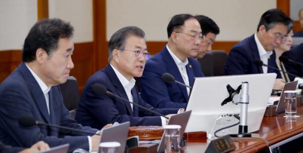 ▲문재인 대통령이 13일 오전 청와대에서 열린 국무회의를 주재하고 있다.(연합뉴스)