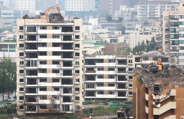 ▲12일 오후 철거 공사가 한창인 서울 강동구 둔촌 주공 아파트.