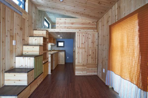 ▲5.5평 작은 집 내부. 계단 위에 다락형 침실이 있다. 이사비용 정도만 지불하면 이동도 가능하다.(오병돈 프리랜서 obdlife@gmail.com)