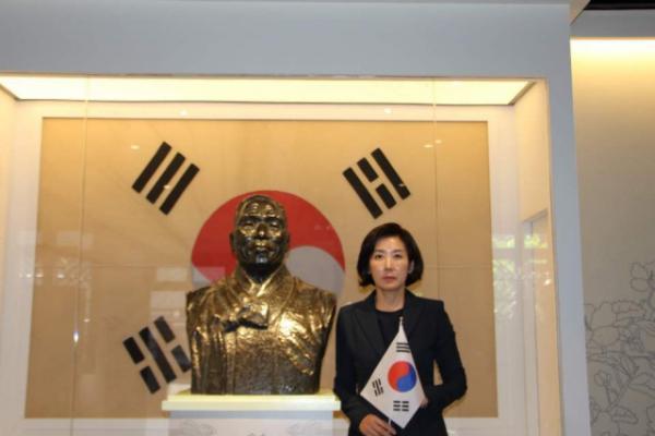 ▲나경원 자유한국당 원내대표가 15일 중국 충칭시 대한민국 임시정부 건물에서 기념촬영을 하고 있다.(나경원 원내대표 페이스북 캡처)