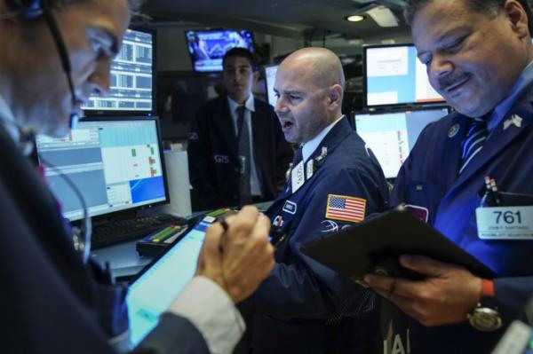 ▲15일(현지시간) 미국 뉴욕 증권거래소(NYSE)에서 주식 트레이더들이 대화를 나누고 있다.(AFP연합뉴스)