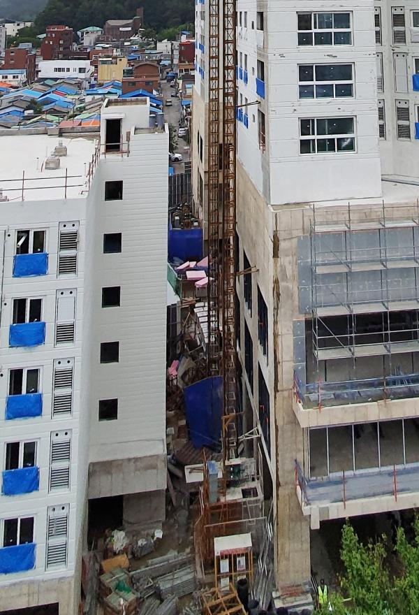 ▲속초시 조양동의 한 아파트 건축 현장에서 공사용 엘리베이터가 추락한 사고로 6명의 사상자가 발생했다.(사진=연합뉴스)