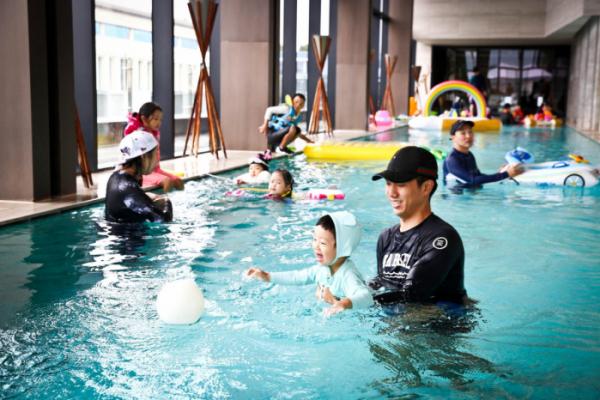 ▲ 차바이오컴플렉스에서 열린 '풀사이드 포트럭 파티'에서 임직원과 가족들이 수영과 물놀이를 즐기고 있다. (차병원)