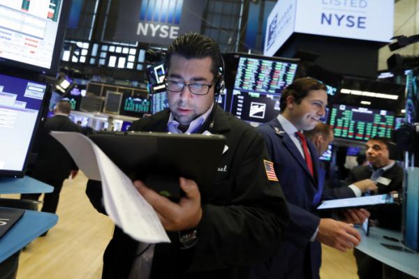 ▲16일(현지시간) 뉴욕 증권거래소(NYSE)에서 한 트레이더가 주식을 거래하고 있다.(AP연합뉴스)