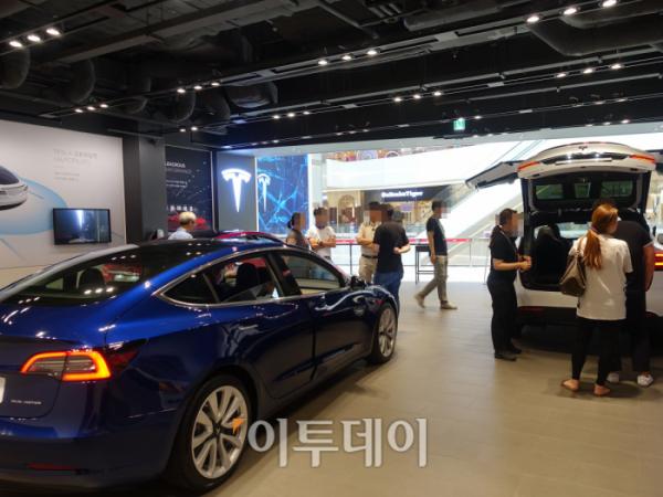 ▲하남 스타필드의 테슬라 전시장에는 3종류의 전기차가 전시되어 있다. '모델3'는 테슬라의 보급형 전기차 모델이다. (홍인석 기자 mystic@)