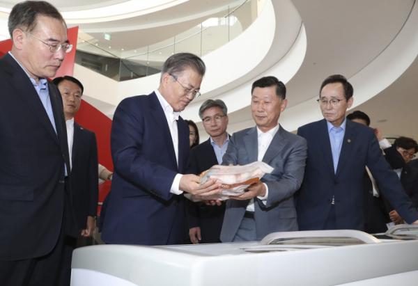 ▲문재인 대통령이 20일 오후 전북 익산시 하림 익산공장에서 생산 제품을 살펴보고 있다.(연합뉴스)