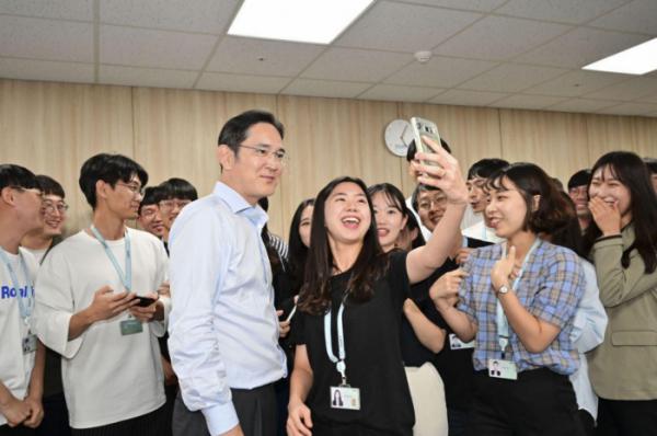 ▲이재용 삼성전자 부회장이 20일 삼성 청년 소프트웨어 아카데미(SSAFY) 광주 교육센터를 방문해 소프트웨어 교육을 참관하고 교육생들을 격려했다.(사진제공=삼성전자)
